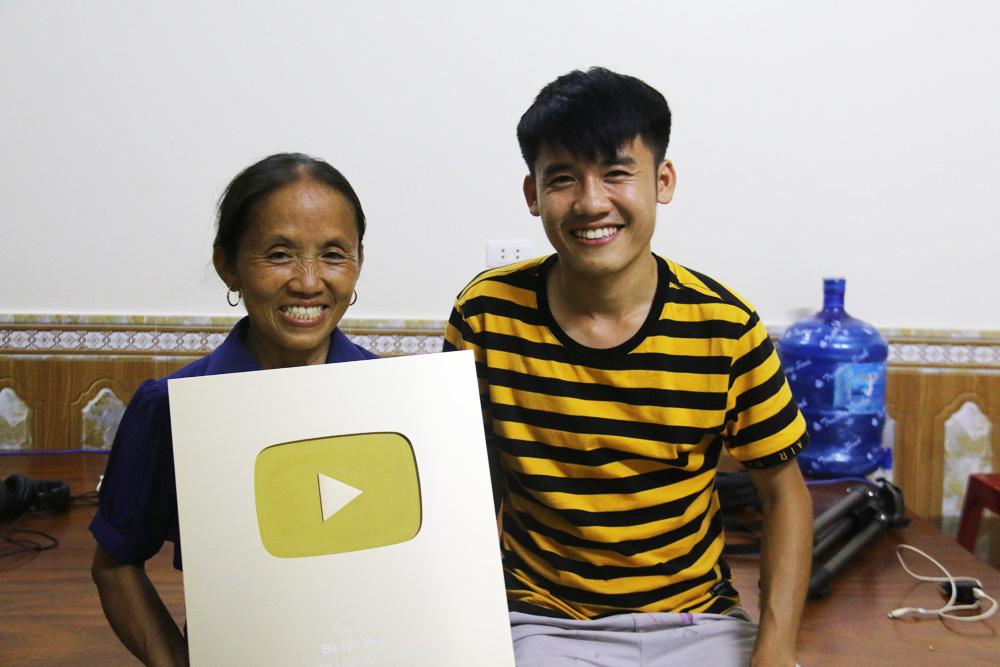 Bà Tân Vlog nhận nút vàng Youtube