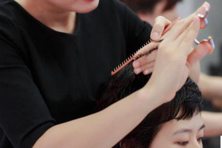 đôi tay thợ cắt tóc