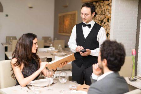nhân viên phục vụ nhà hàng