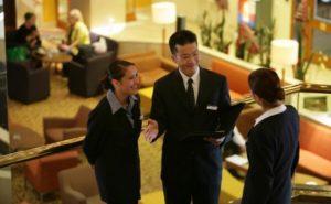 Lễ tân cần phối hợp với các bộ phận khác để phục vụ khách hàng
