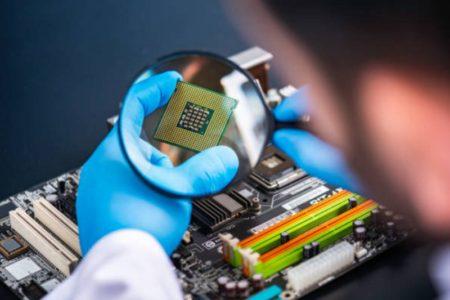 Nhân viên R&D với linh kiện điện tử