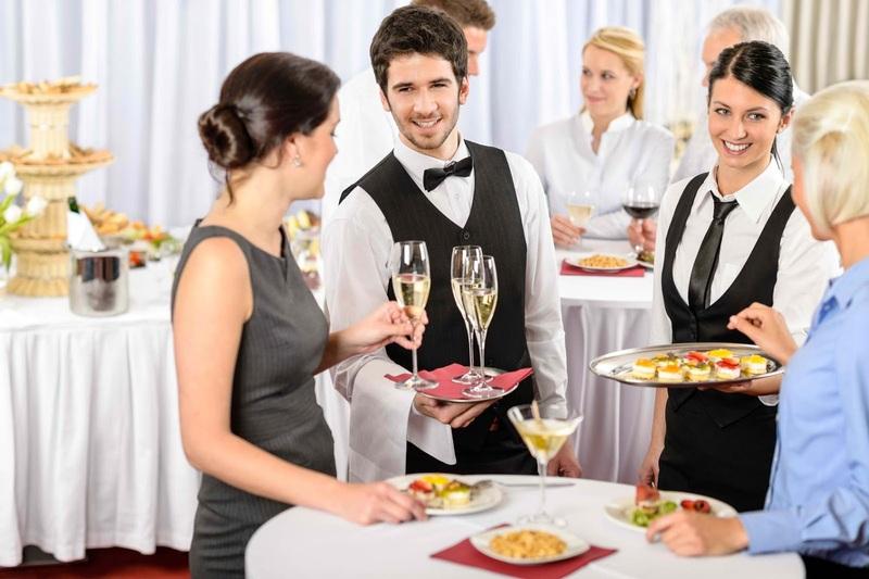 Nhân viên nhà hàng, khách sạn cần tận tình, chu đáo