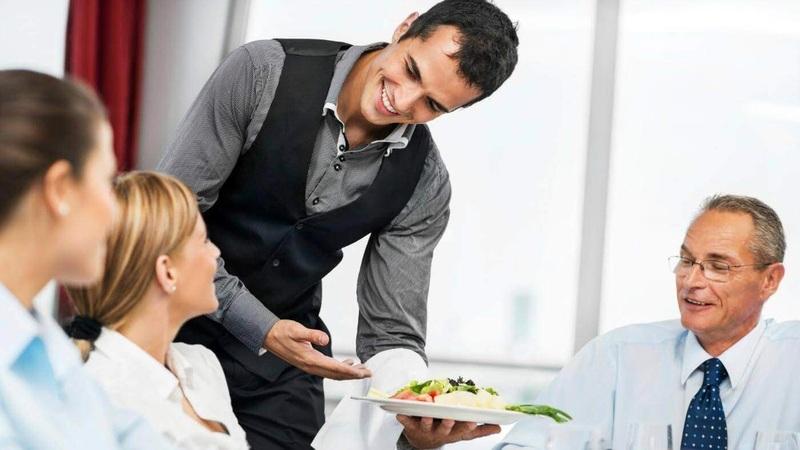 Nhân viên nhà hàng khách sạn cần thân thiện với khách hàng
