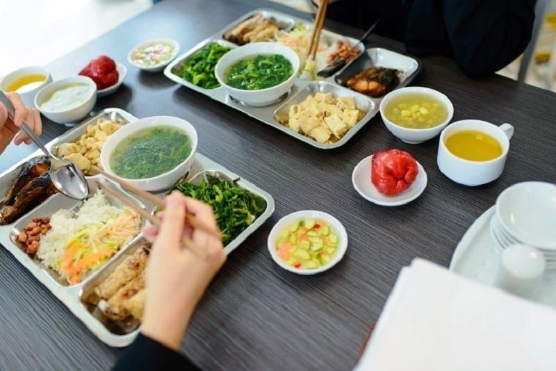 Suất ăn công nghiệp cần đầy đủ rau, thịt, hoa quả tráng miệng