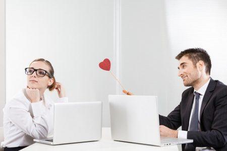 Có nên thể hiện tình yêu quá lộ liễu chốn công sở?
